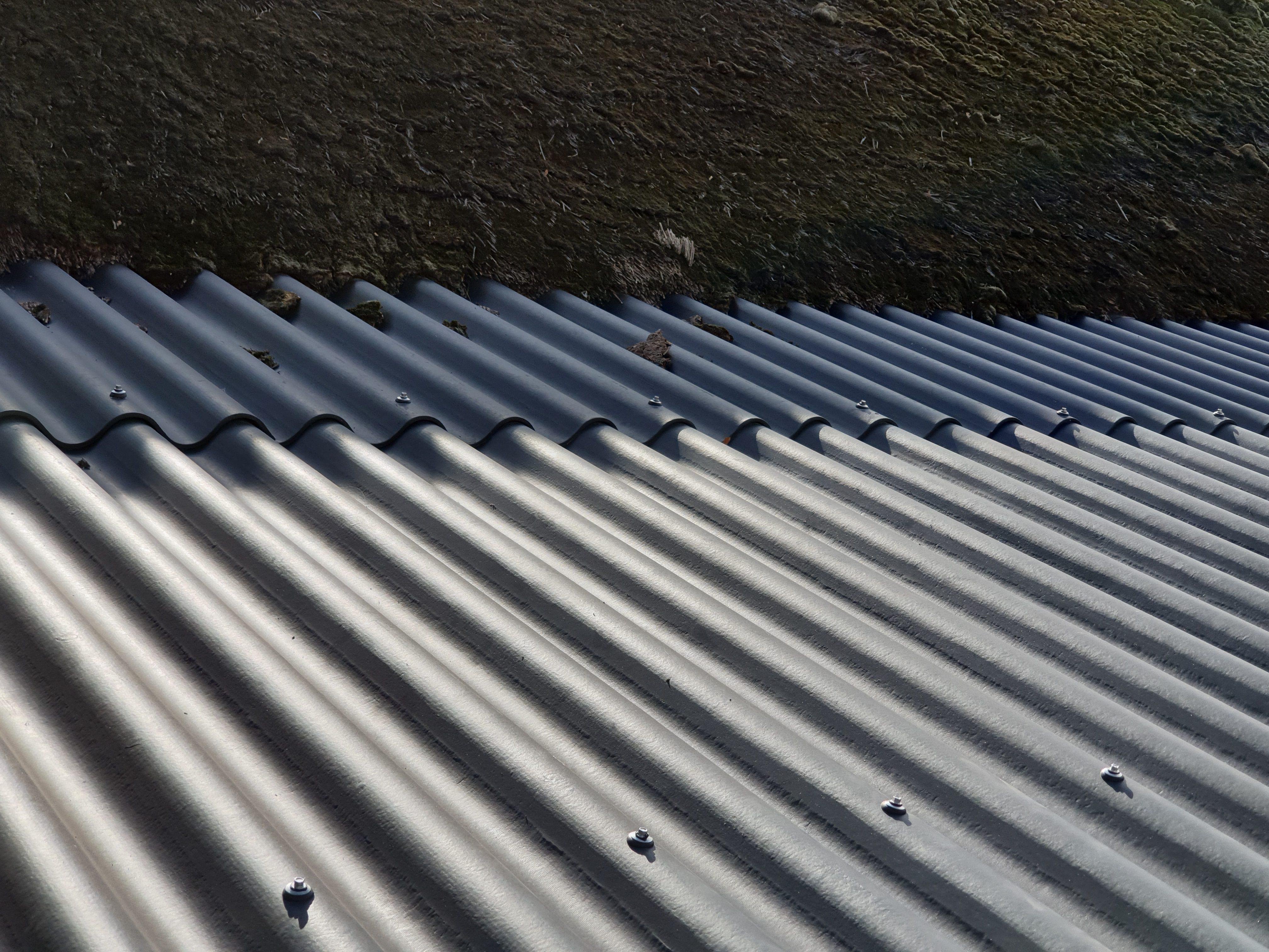 Rieten dak en golfplaten